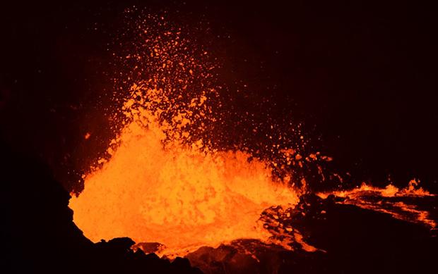 真っ赤な溶岩が波立っていて、 飛沫をあげている「エルタ・アレ火山」